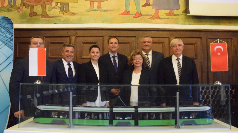 Türkiye'nin ilk tramvay ihracatı için Polonya'da imzalar atıldı.